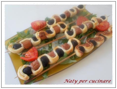 Spiedini pasta brisee wurstell e olive nere Antipasti veloci